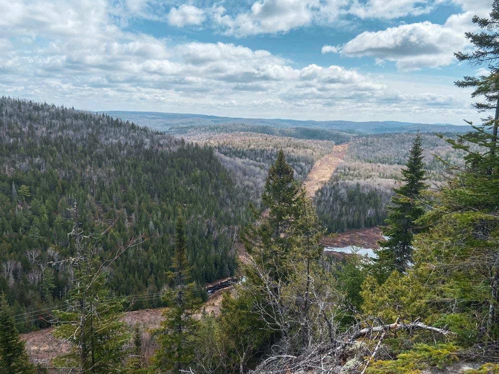 Point de vue sur la forêt environnante. La photo est prise en haut d'une montagne, la vue s'étend sur plusieurs kilomètres.