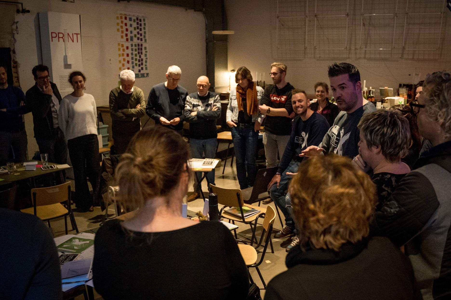 EDEX event - mensen luistern aandachtig naar Jochem Goedhals in een kring