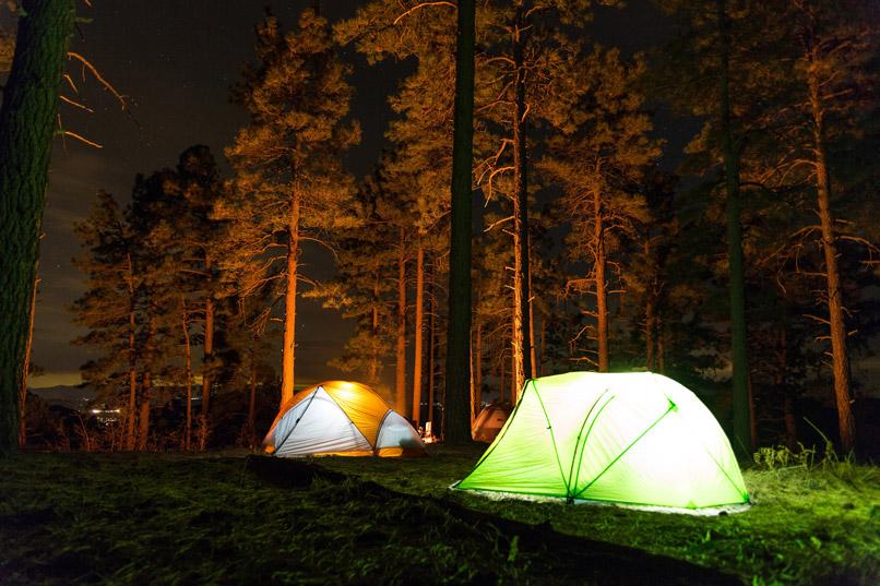 ELEX - twee tenten zijn verlicht in de nacht