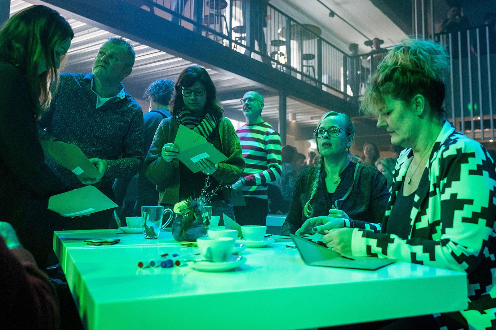 EDEX event - een groep deelnemers aan EDEX luisteren aandachtig