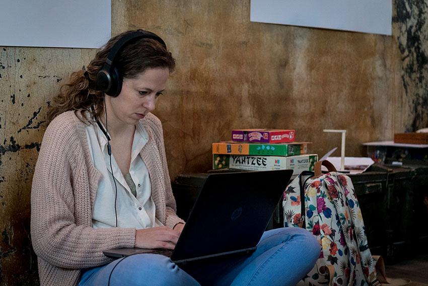 EDEX event - een dame werkt aandachtig aan haar project tijdens EDEX