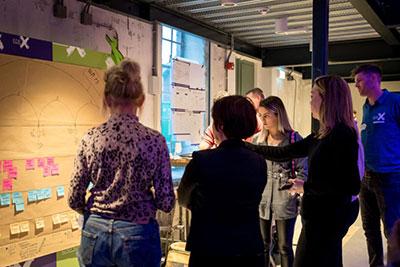 EDEX event - een groep mensen staan voor een brainstorm bord