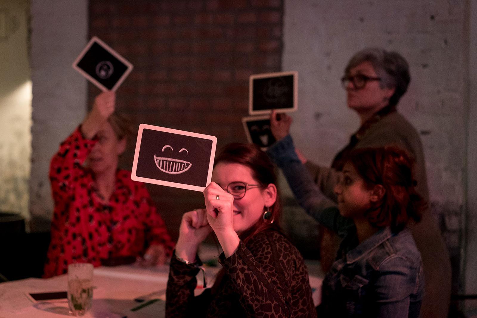EDEX 2019 - deelnemers houden een emotie van de Groow toolkit omhoog