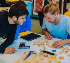 Two Fontys Pulsed students brainstorming and using the Groow set
