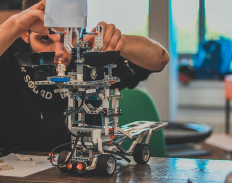 Fontys Pulsed Embrace alumni building a prototype using Lego Mindstorm