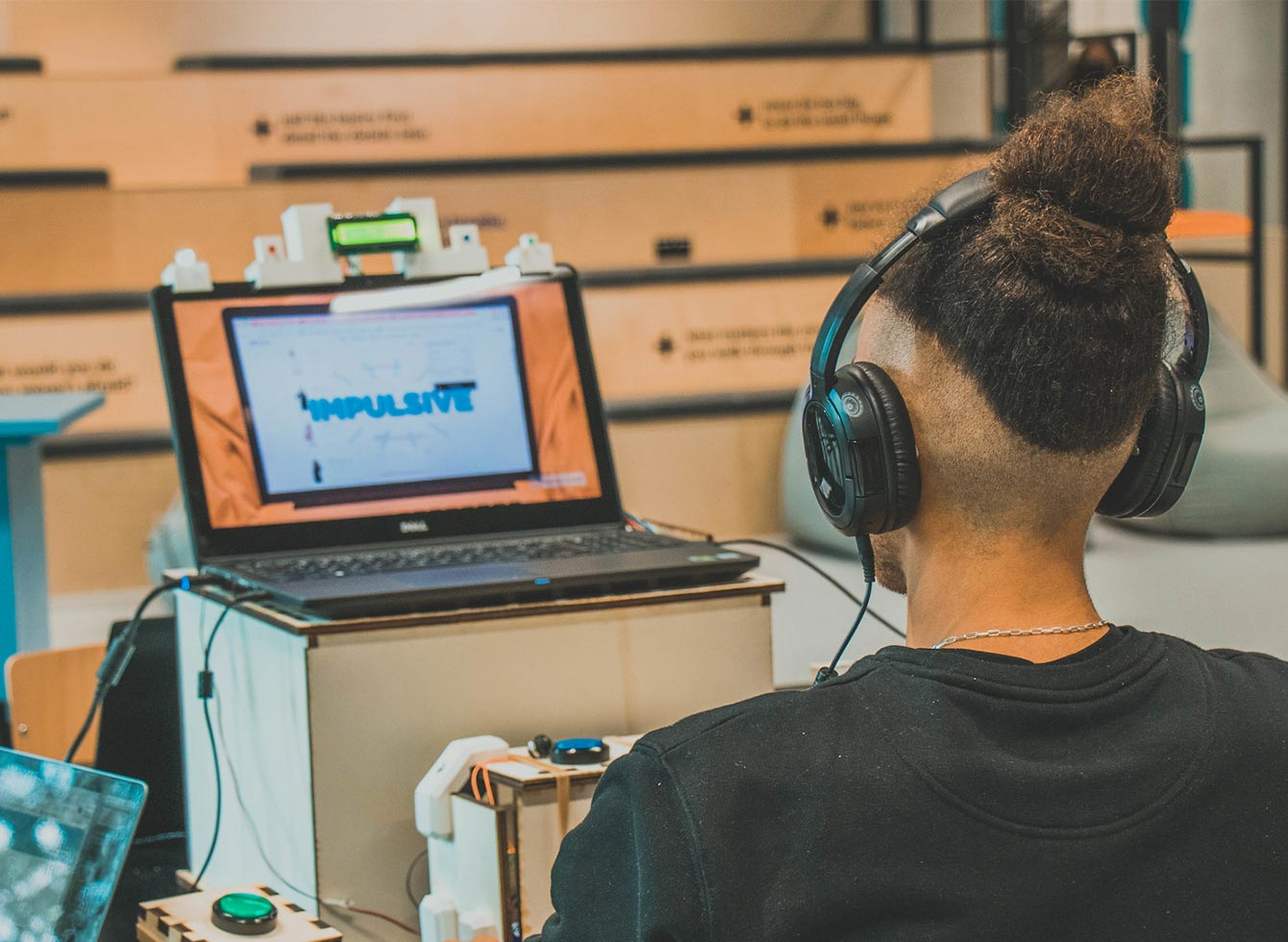 A young man experiencing  a immersive prototype for ADHD during the Master Program Digital Technology Engineering