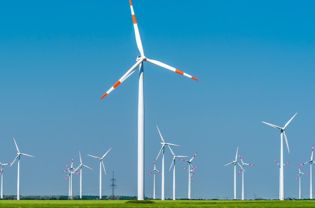 Moderne Windkraftanlagen an einem sonnigen Tag in Deutschland