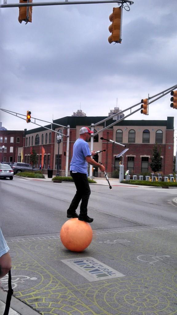 Juggler crossing the street - 7