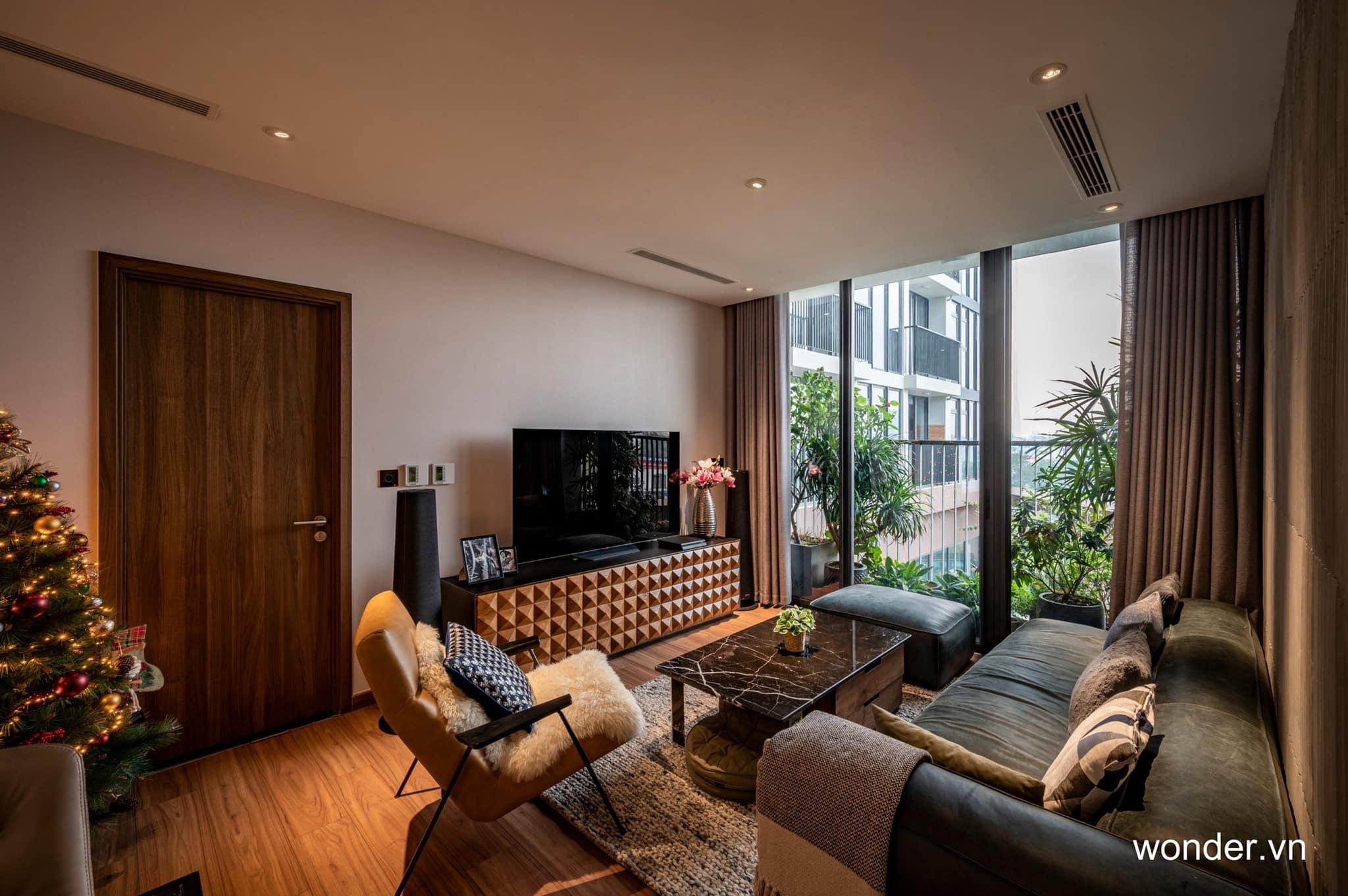 Có thể là hình ảnh về ghế sofa, phòng khách và văn bản cho biết 'wonder.vn'