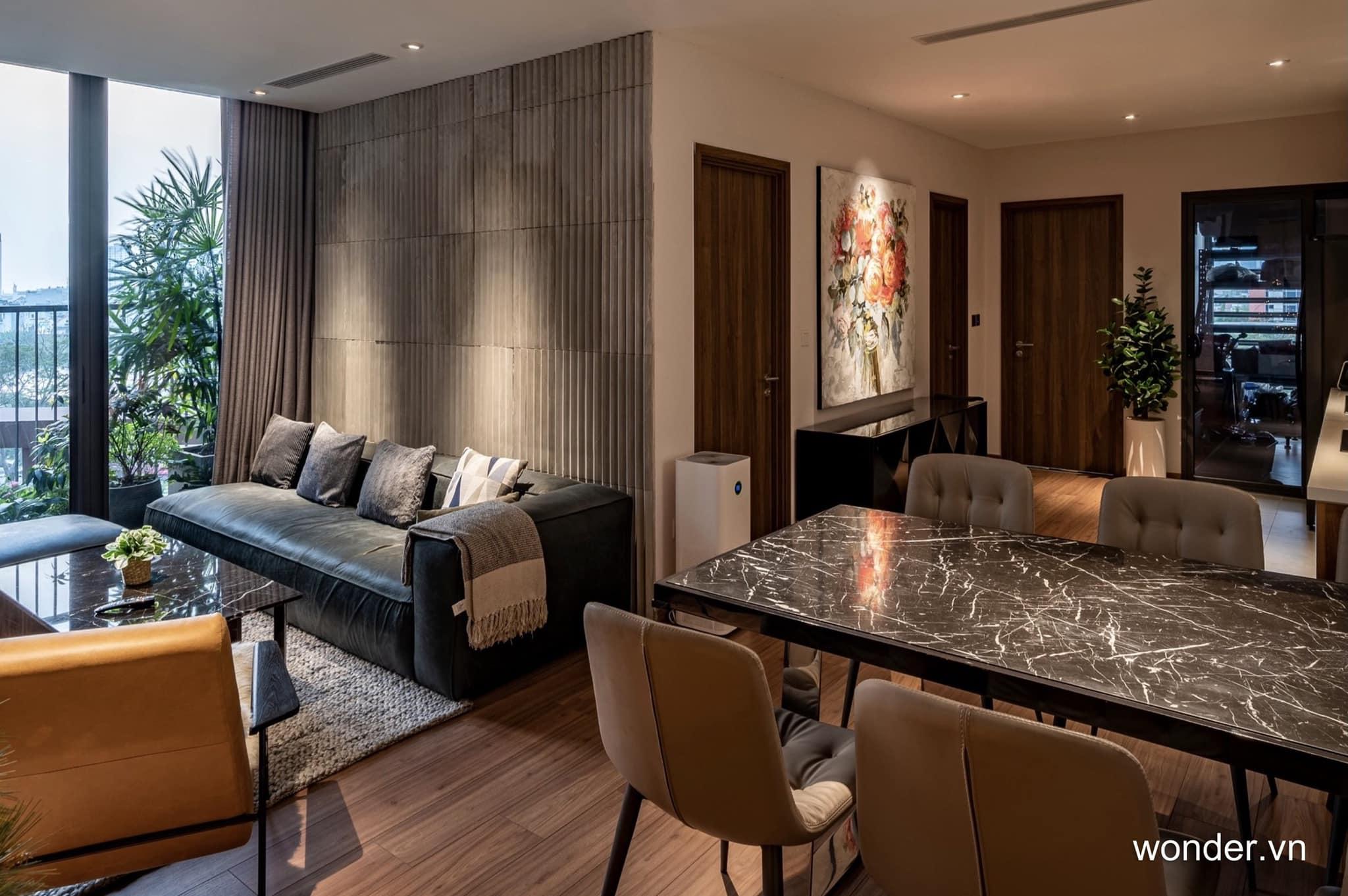 Có thể là hình ảnh về bàn, phòng khách và văn bản cho biết '1 wonder.vn'