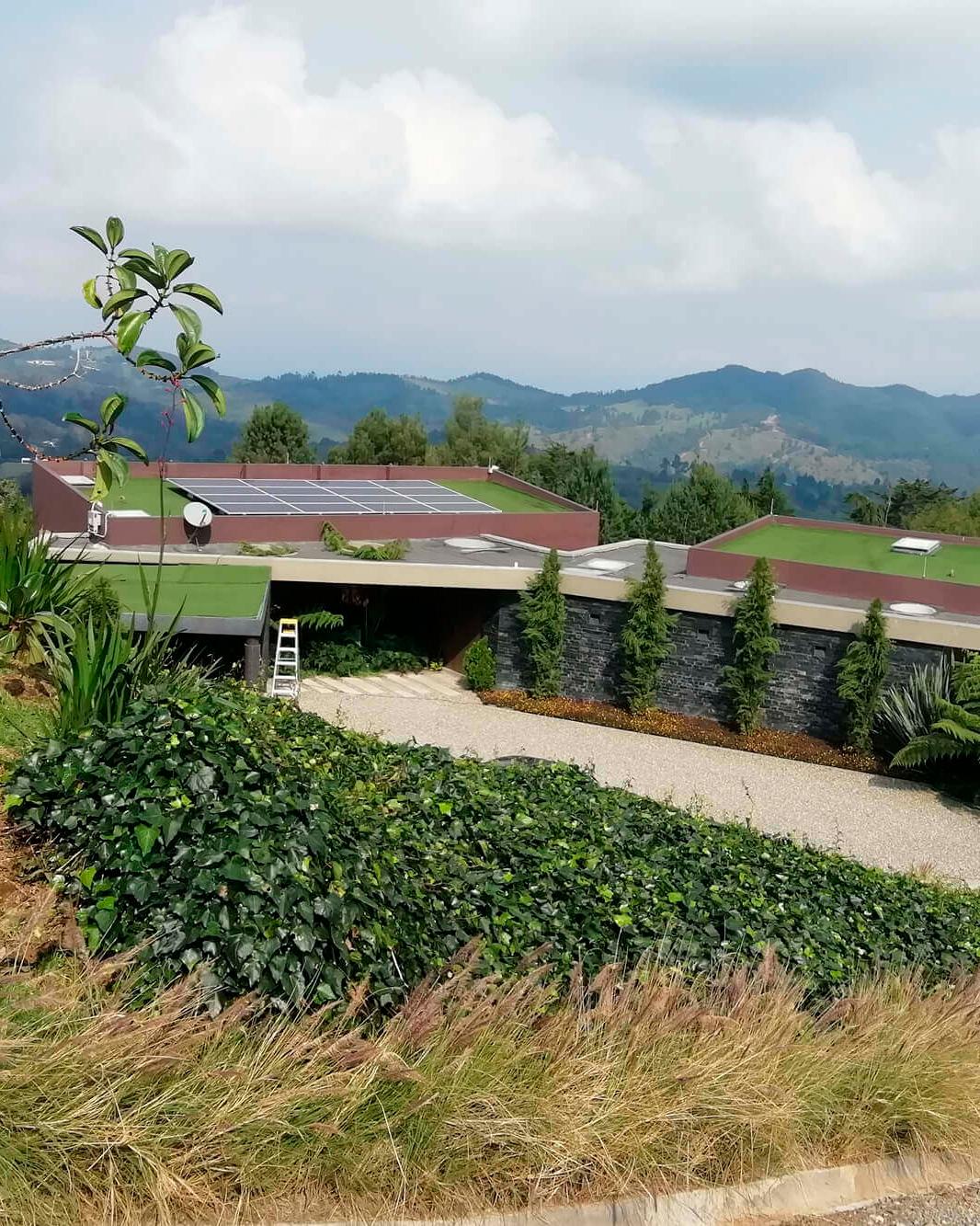 Casa rodeada de naturaleza con pánel solar