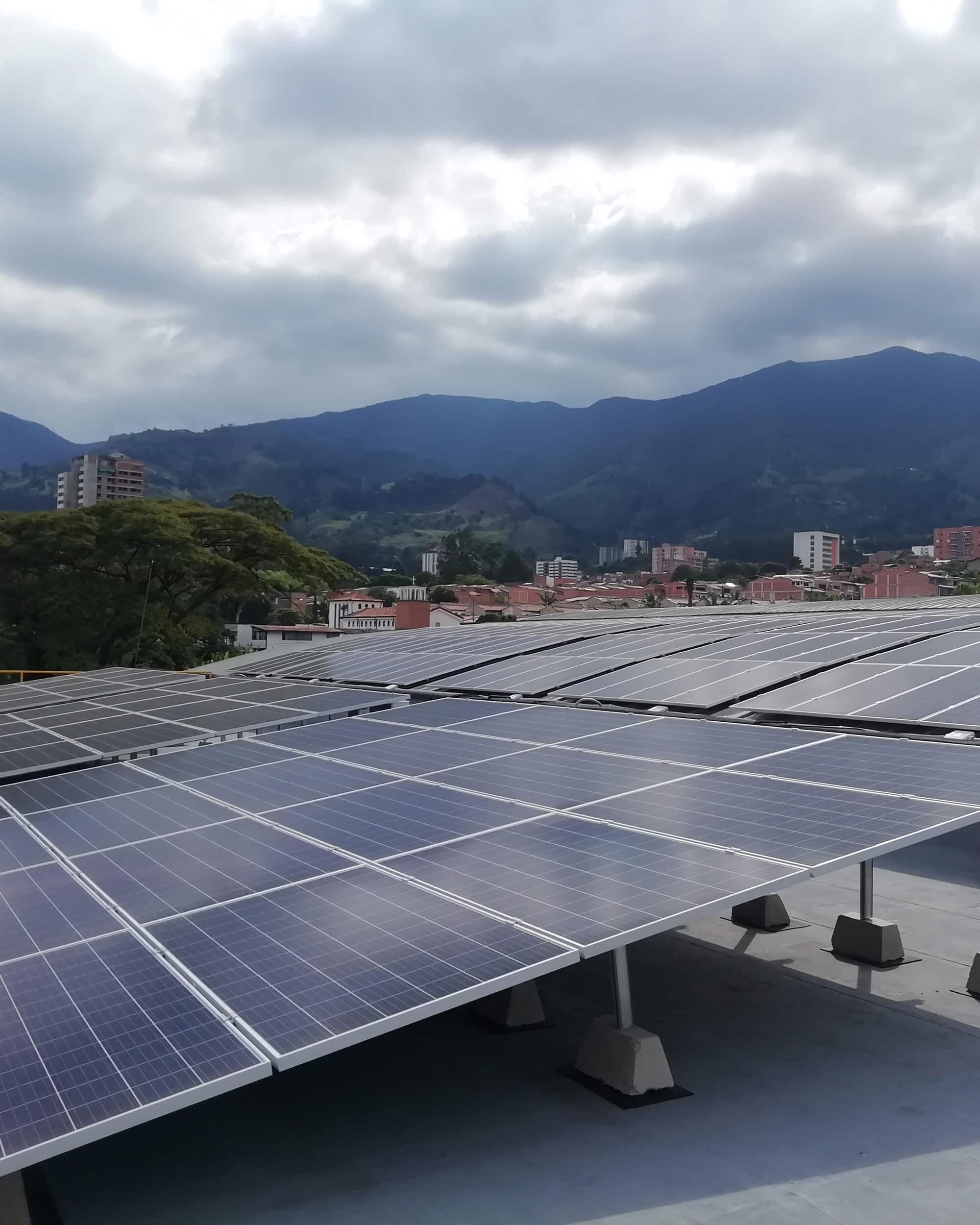Pánel solar con vista a las montañas de la ciudad