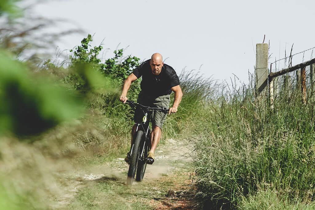 Contact. Eigenaar Bart in actie op e bike