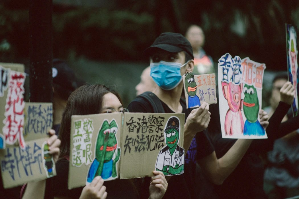 Signs condemning police brutality - Tensions rise in Hong Kong after the government banned protest
