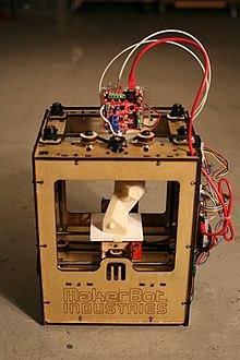 https://upload.wikimedia.org/wikipedia/commons/thumb/7/75/MakerBot_ThingOMatic_Bre_Pettis.jpg/220px-MakerBot_ThingOMatic_Bre_Pettis.jpg