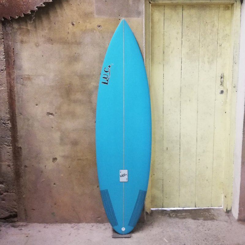 thruster surfboard