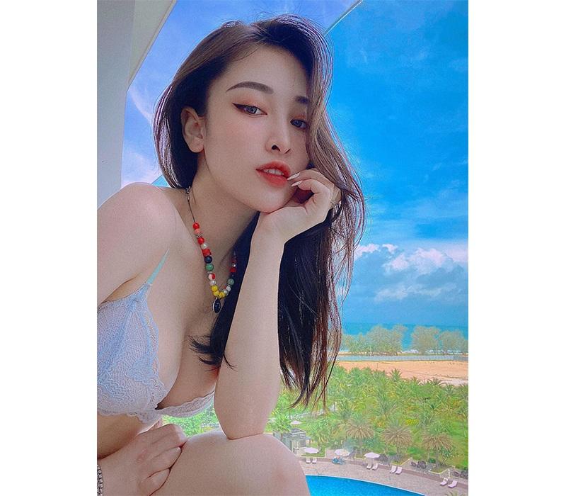 Thường xuyên theo dõi các hot girl trên mạng xã hội, hẳn nhiều người sẽ biết tới cái tên Vũ Thị Ngọc Khánh, hay còn gọi là Khánh Trắng. Hot girl là người gốc Hoà Bình, hiện tại đang sống và làm việc tại Hà Nội.