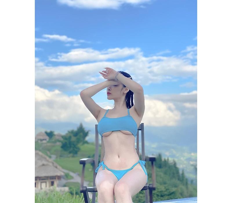 Phần chân ngực lộ rõ mồn một dưới lớp áo làm hình ảnh hot girl trở nên quyến rũ gấp bội phần trong mắt dân tình.
