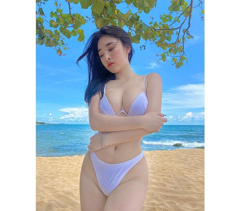 Nhìn những hình ảnh được Ngọc Khánh đăng tải, nhiều người có lẽ dẫu không muốn vẫn phải đưa mắt nhìn tới đôi gò bồng đảo quá đỗi nóng bỏng của hot girl này.