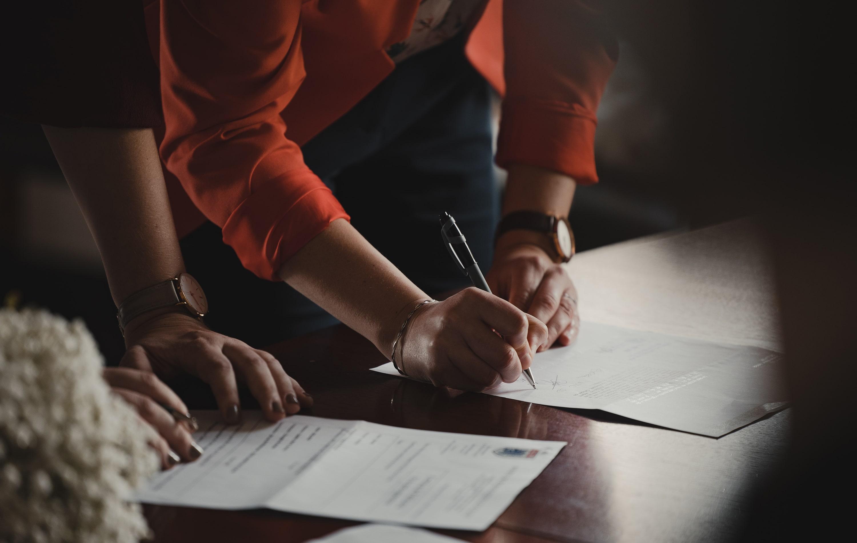 Zwei Personen unterzeichnen einen Vertrag