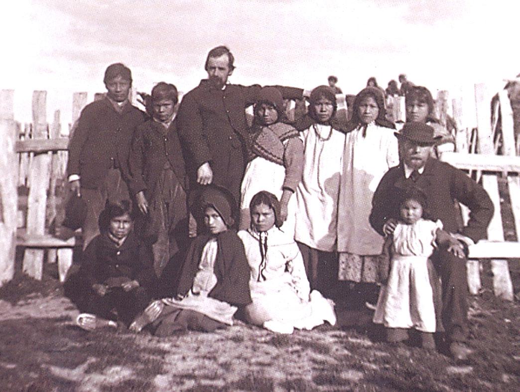 El Reverendo Thomas Bridges junto a niños Yamana huérfanos.