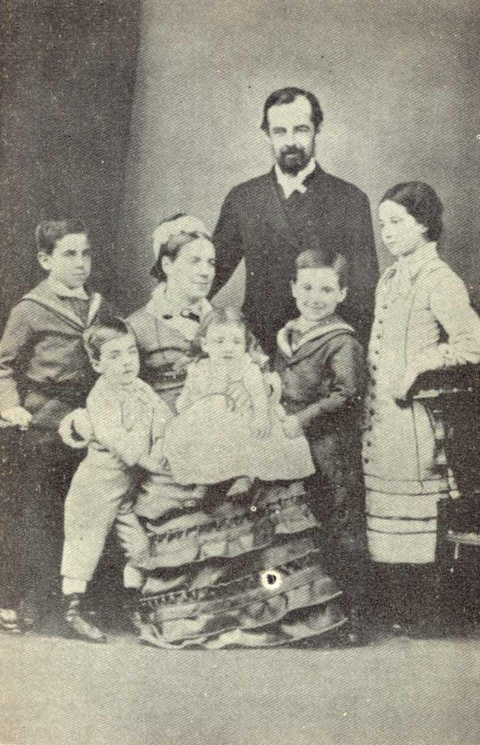 Thomas Bridges junto a su esposa e hijos.