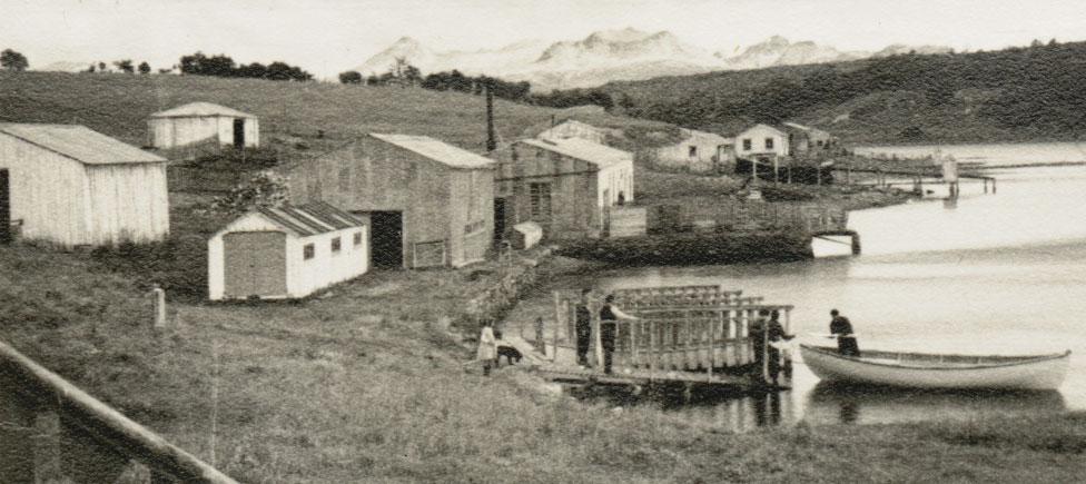 Hombres trabajando en el muelle de la Estancia Harberton en sus inicios.