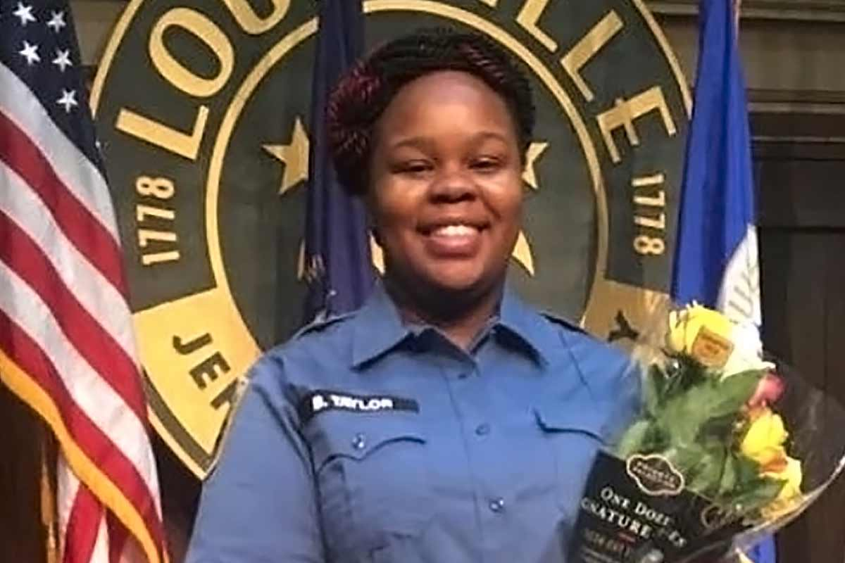 Photo of Breonna Taylor in her EMT uniform