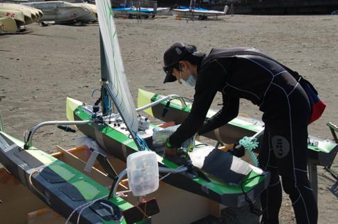 逗子海岸での実証テスト 荷物を積み込む様子