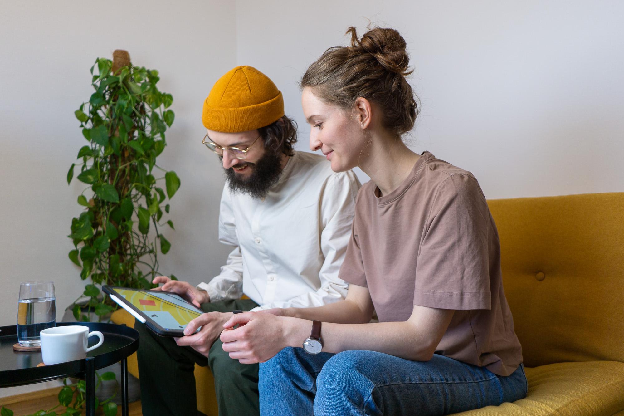 Das Team von gunst beim Arbeiten mit einem Tablet