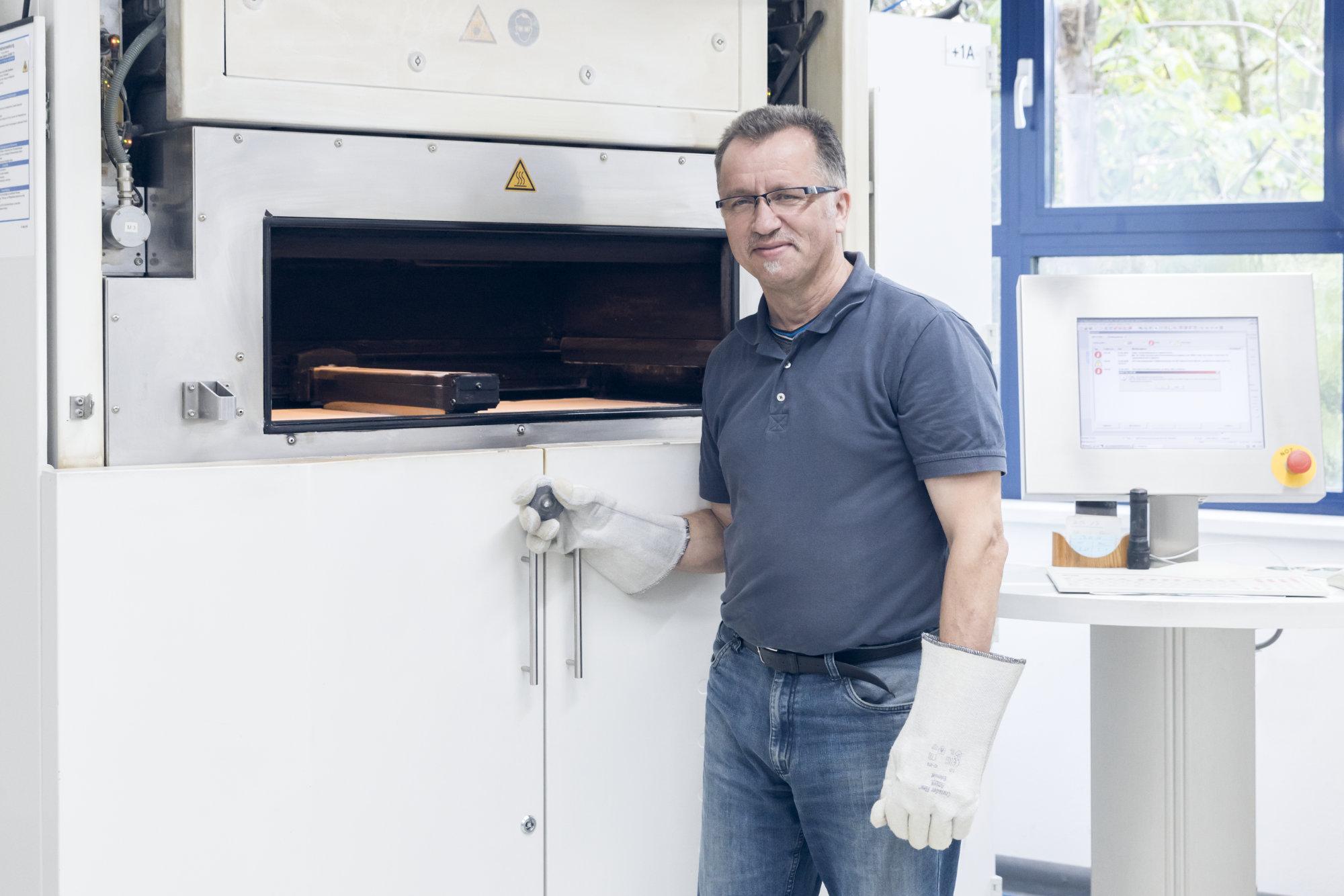 Mey Maschinenbau Prien Mitarbeiter vor 3D-Drucker
