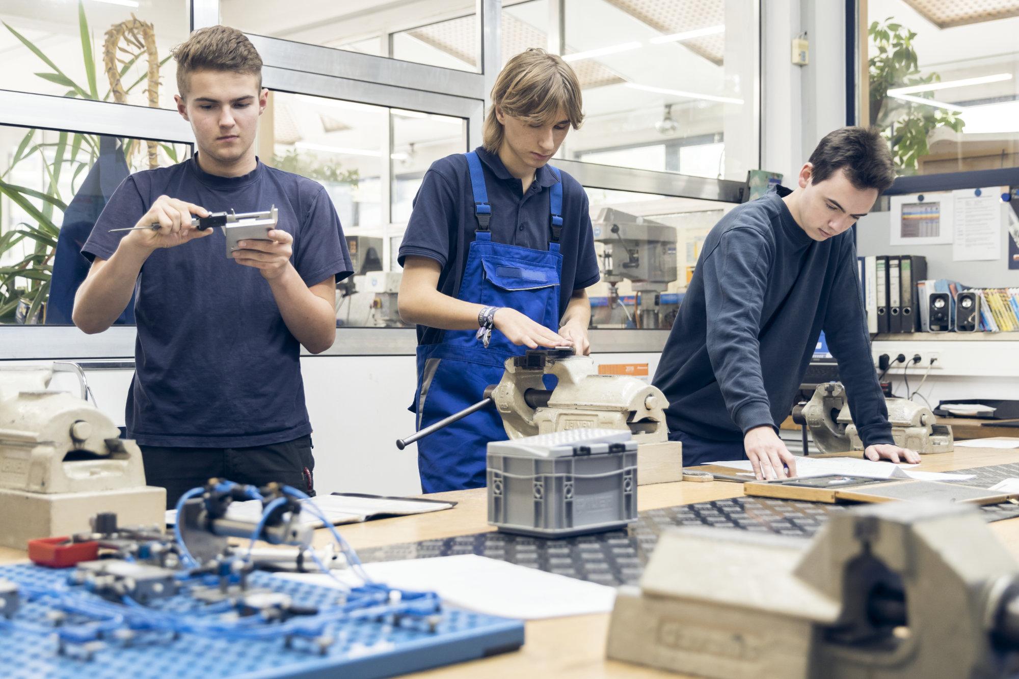 Drei Mey Maschinenbau Prien Azubis in der Werkstatt