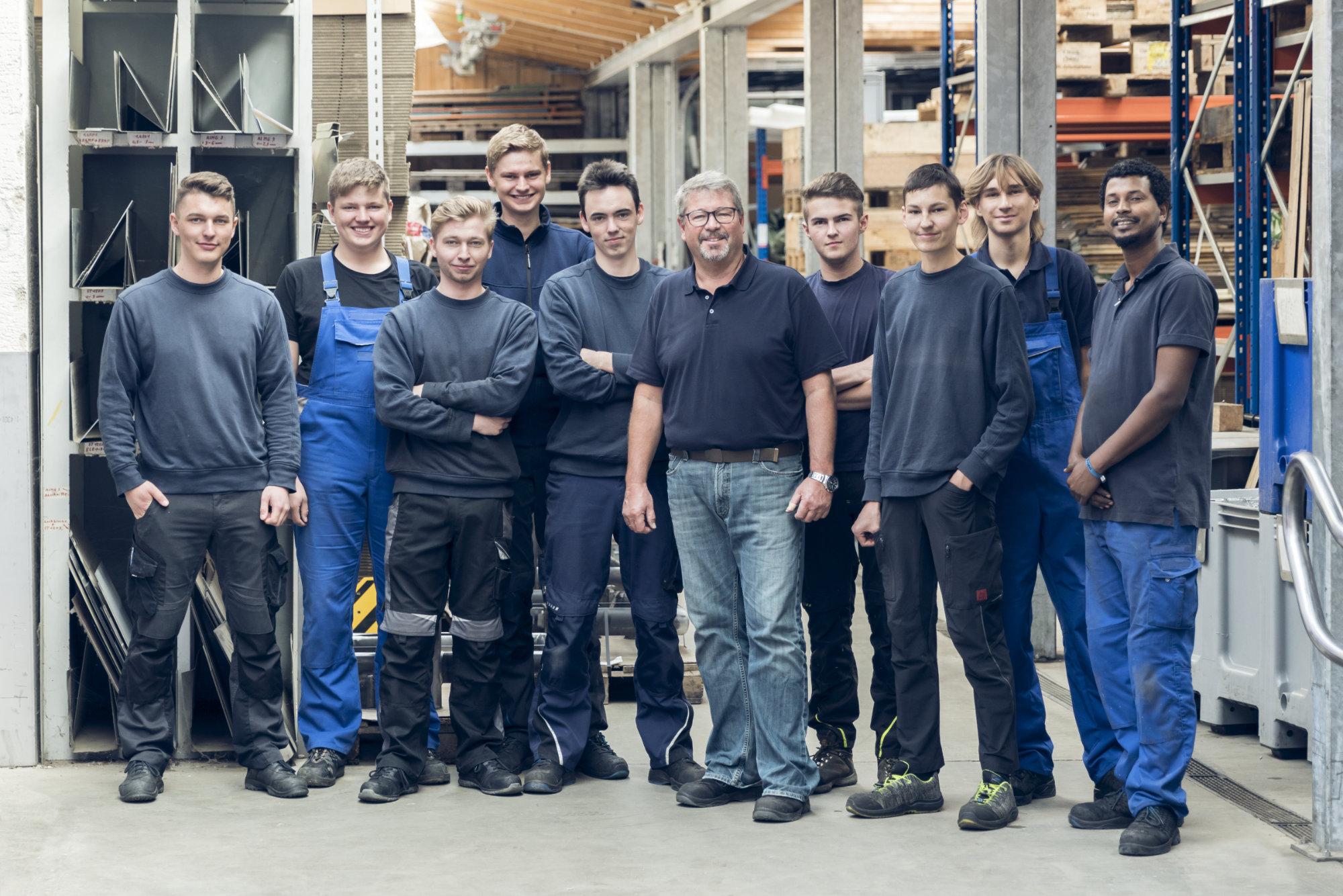 Mey Maschinenbau Prien Gruppenfoto von Auszubildenden und Ausbildern