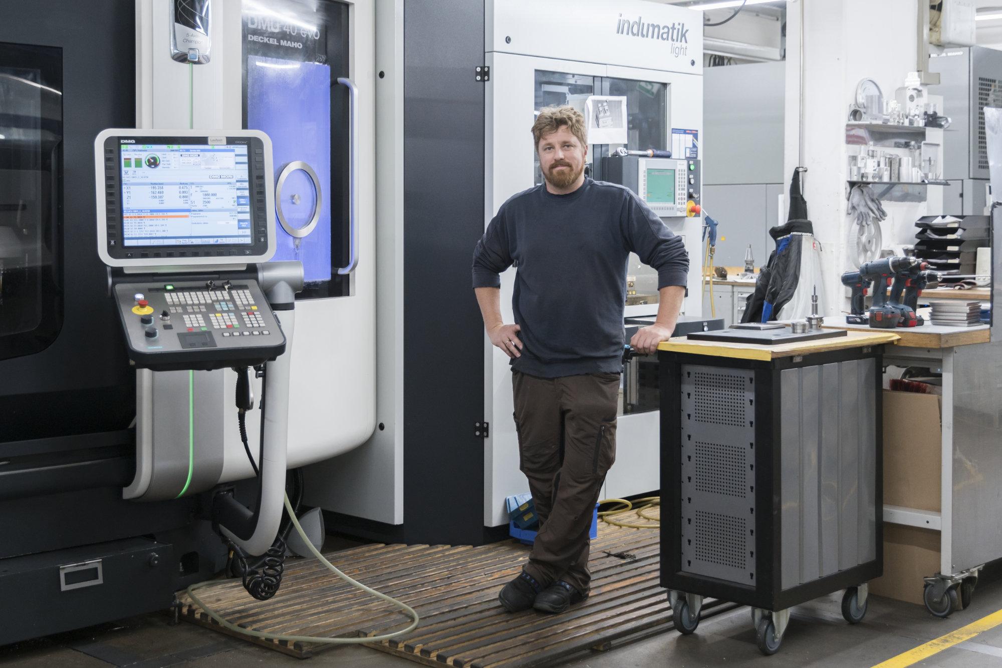 Mey Mitarbeiter vor moderner Maschine
