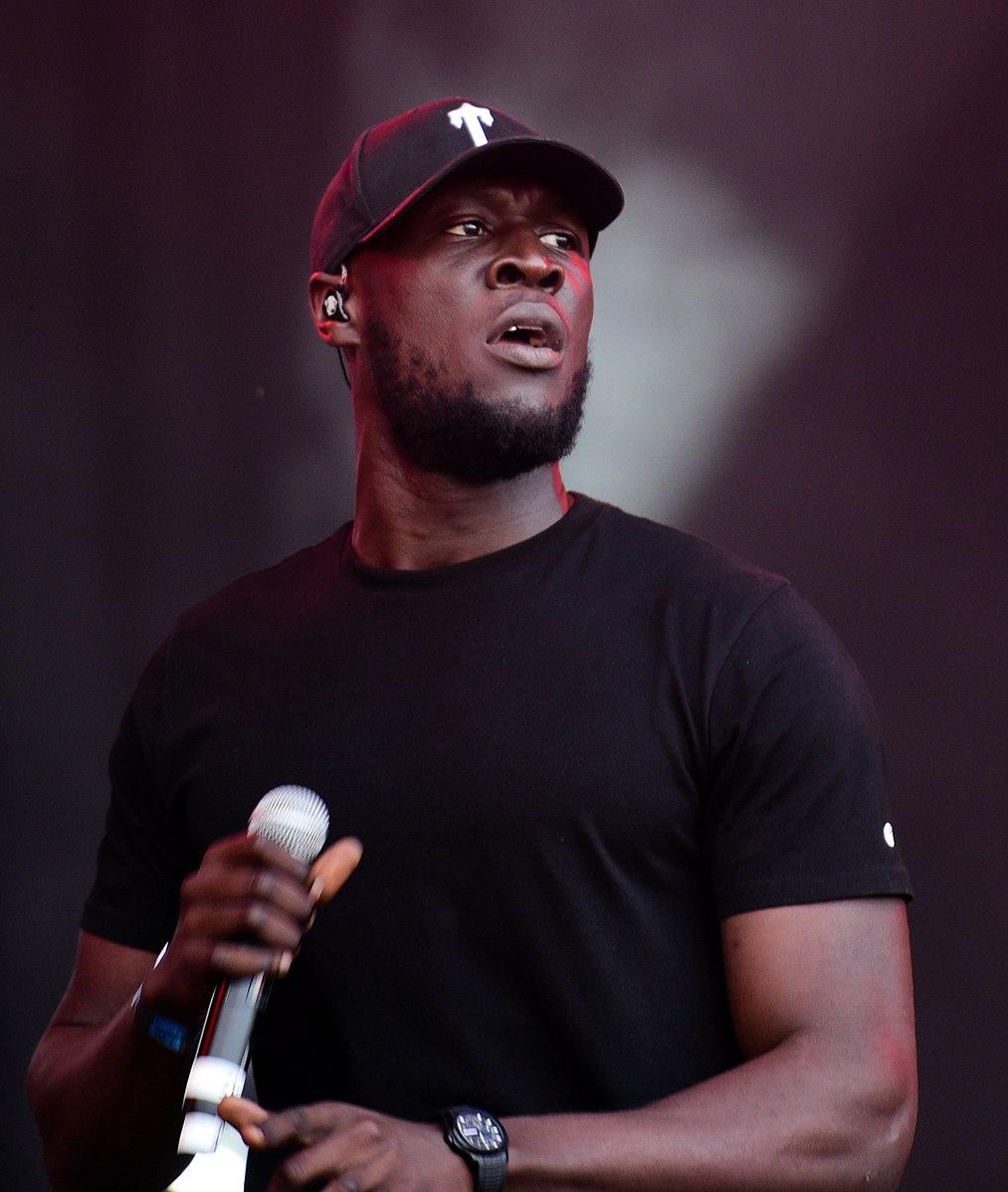 Chanteur rap américain casquette micro Stormzy Blinded by your grace