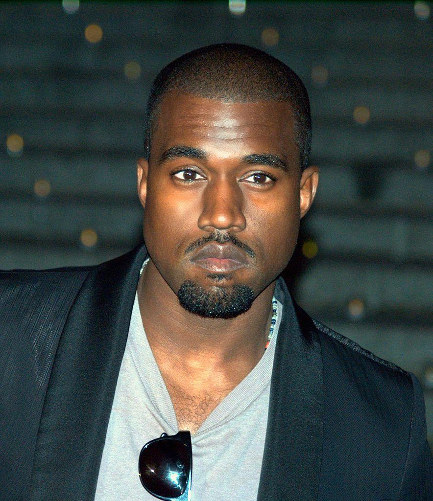 Kanye west pose veste noire lunette de soleil