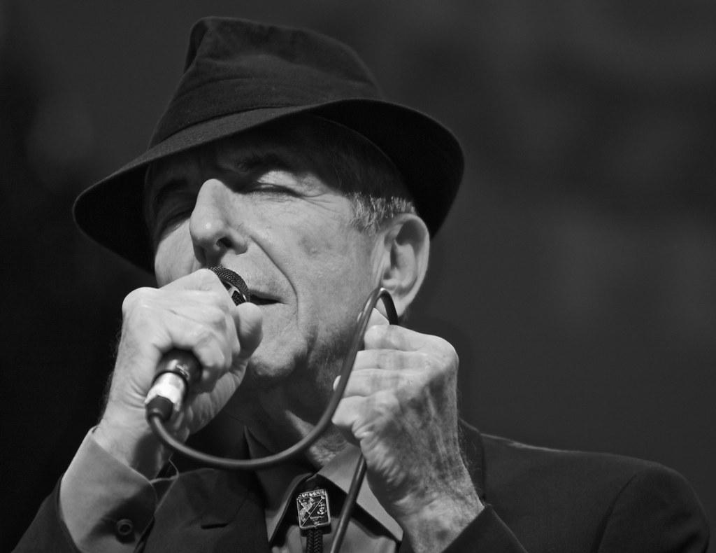 leonard cohen chant chapeau micro concert
