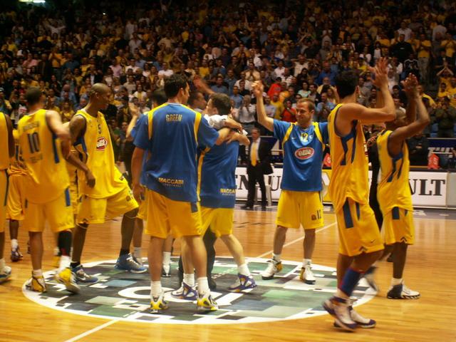équipe de basket jaune match Maccabées