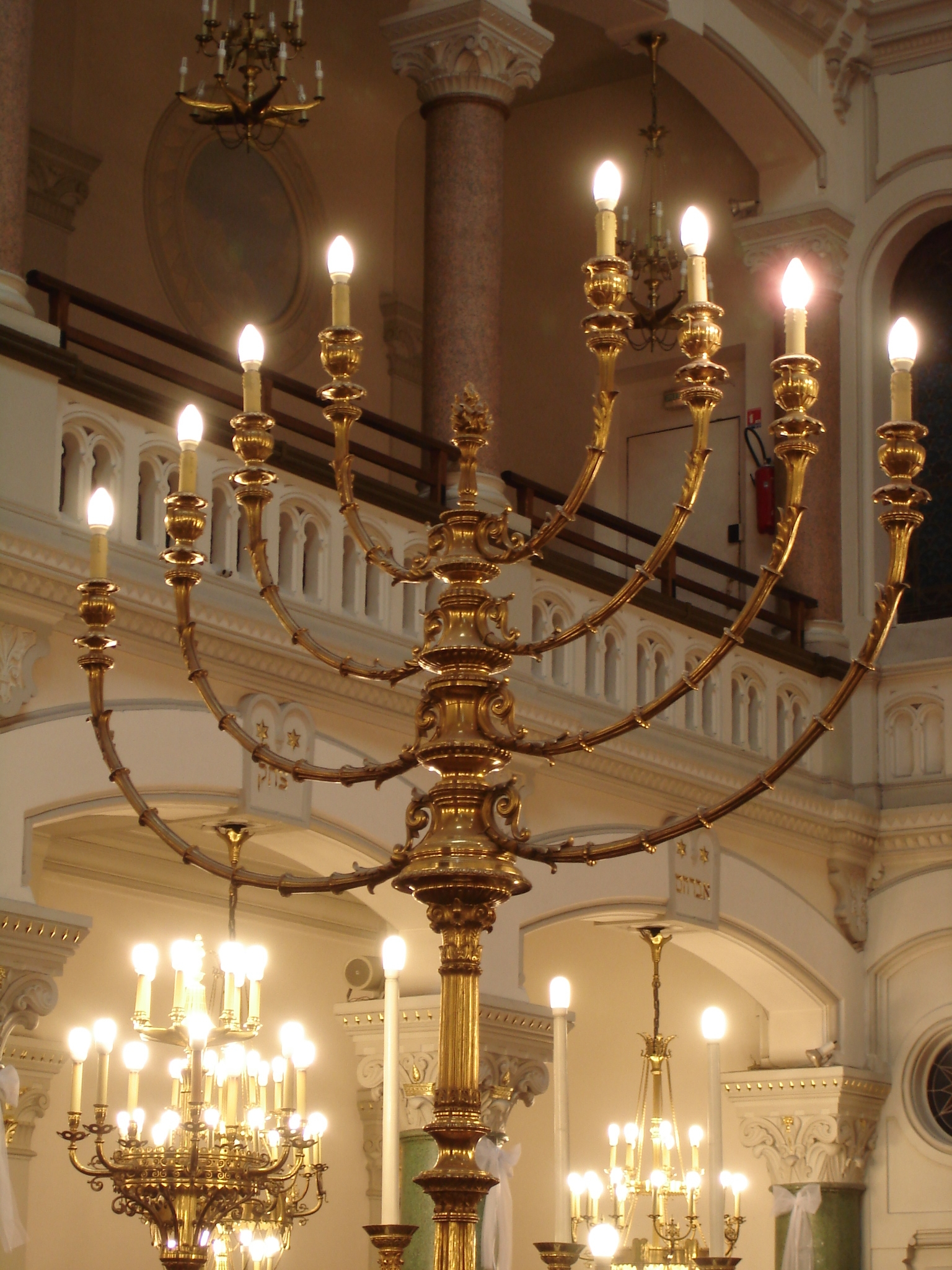 Menorah huit branches Noël juif Hannoukka Synagogue Buffault Paris)