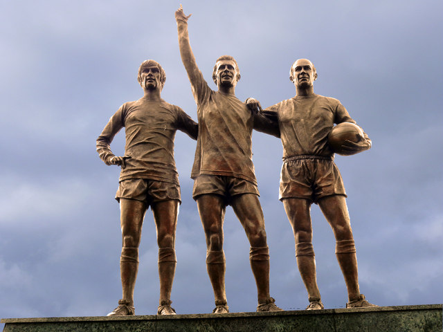 Georges Best Bobby Charlton Denis Law footballeur ancien trio statue