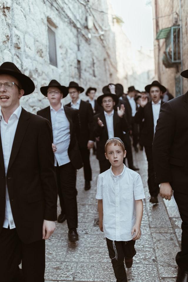 juif chant fêtes rue jérusalem chapeau costume enfant foule
