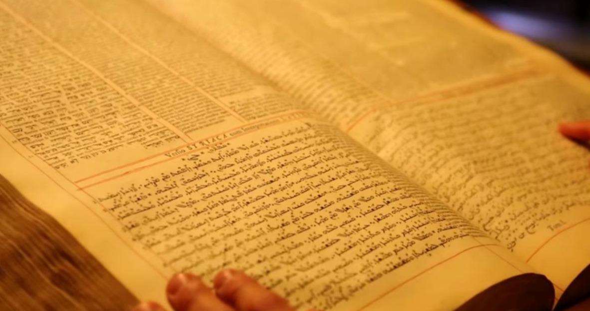 Édition polyglotte Écritures syriaque hébraïque grecque livre mains lecture