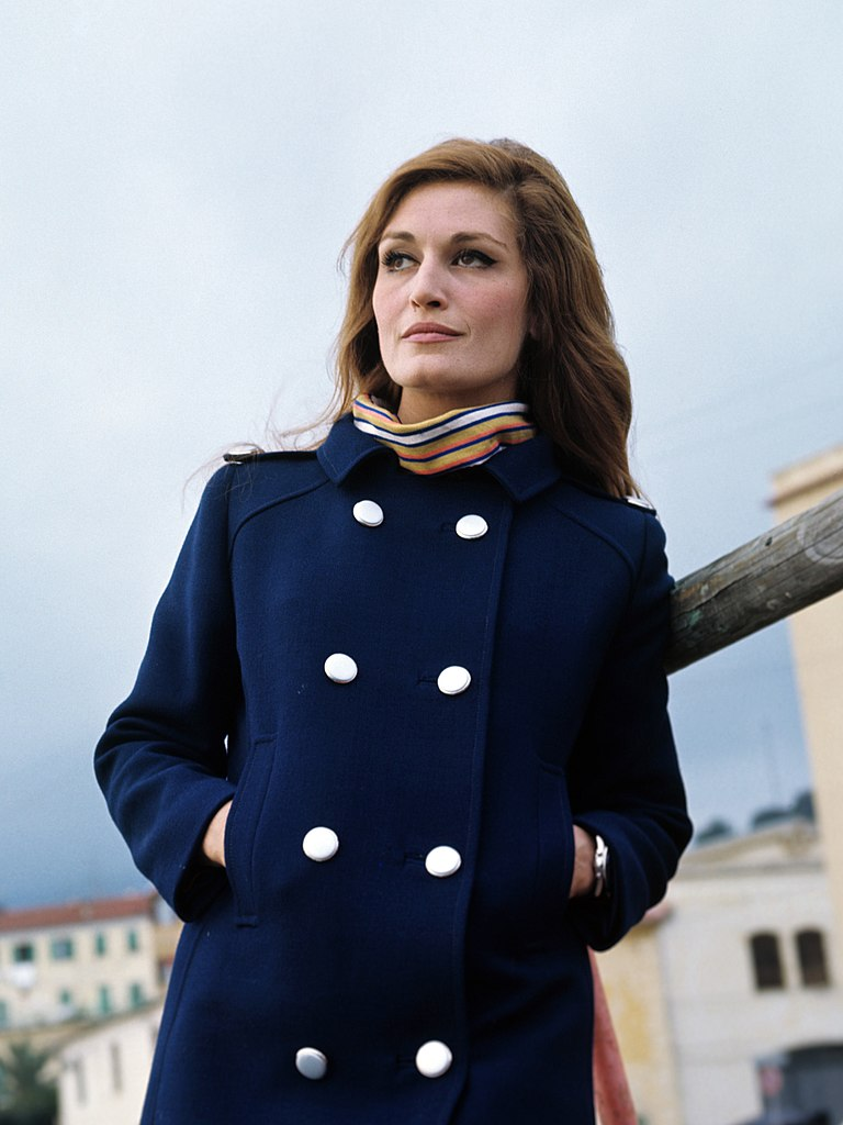 dalida chanteuse brune manteau bleu mains poches