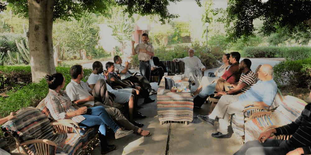 jardin personnes assises arbres