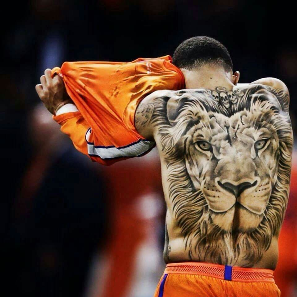 homme dos tatouage lion orange