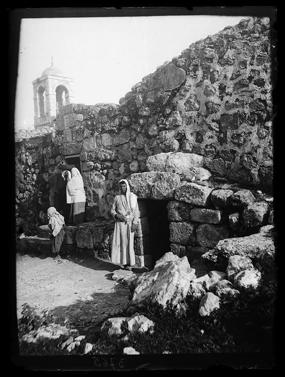 Entrée tombeau Lazare pierre pèlerinage Béthanie Dominicains