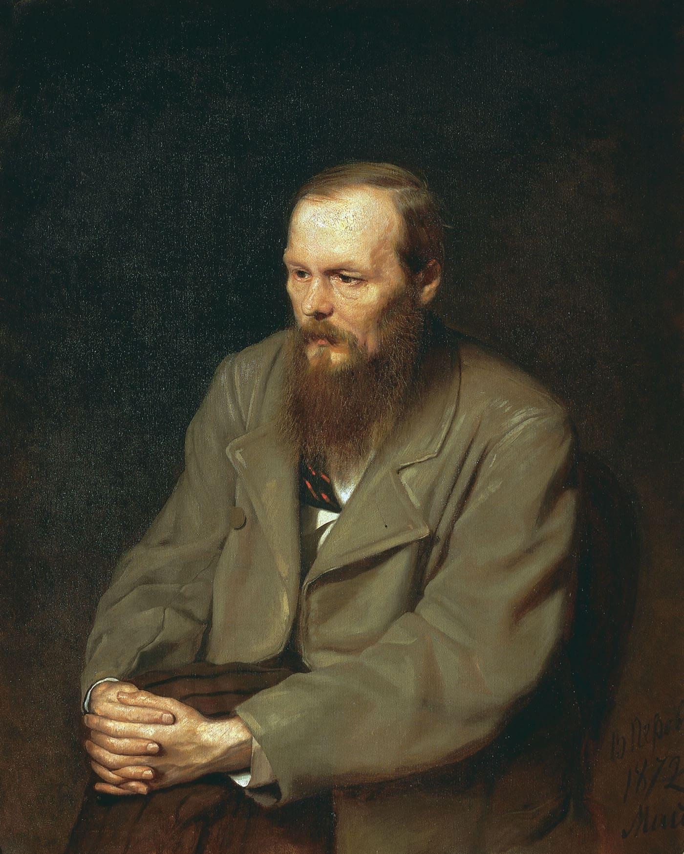 portrait homme assis manteau mains croisées