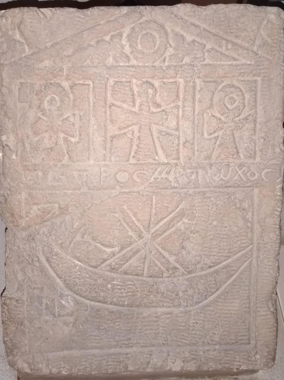 Stèle symbole croix barque funéraire mythologique