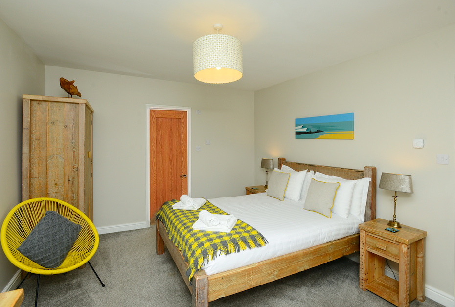 Main king size bedroom with ensuite at Gwelmor self catering holiday home in Widemouth Bay