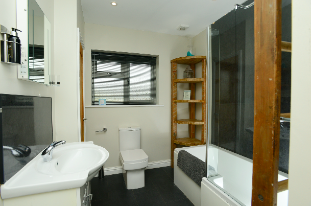 King sFamily bathroom at Gwelmor self catering holiday home in Widemouth Bay